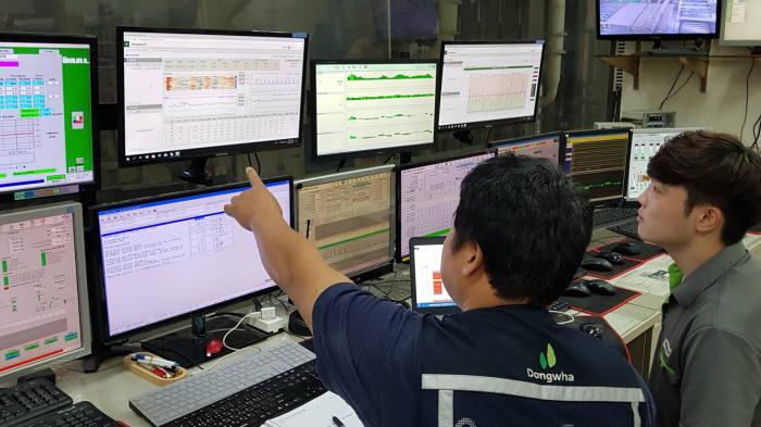 동화기업 직원이 스마트팩토리가 적용된 파티클보드 공장 운전실에서 공장 가동 현황을 확인하고 있다. 포스코ICT 제공