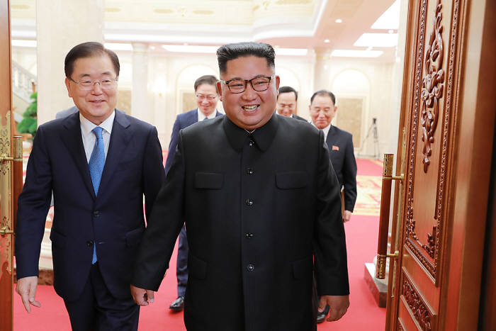 특사단으로 방북한 정의용 청와대 국가안보실장과 김정은 국무위원장. <출처:청와대>