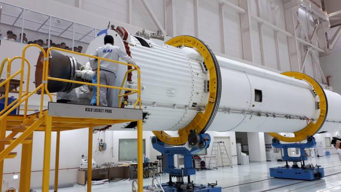 고흥 나로우주센터에 보관 중인 시험발사체 비행모델(FM)의 모습. 발사체 무게를 맞추는 질량 시뮬레이터를 제외한 모든 부분이 조립된 상태다.