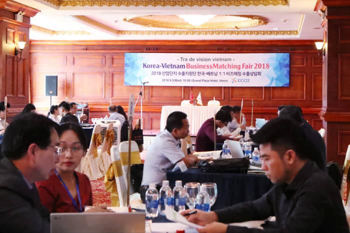 5일 열린 한국-베트남 비즈매칭 수출상담회에서 산업단지 기업들이 현지 바이어들과 상담 중이다.