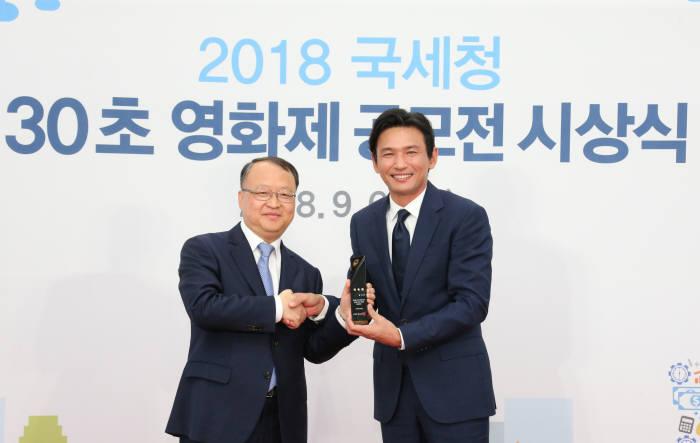 한승희 국세청장(왼쪽)이 공모전 멘토로 참석한 배우 황정민씨와 기념촬영을 했다.