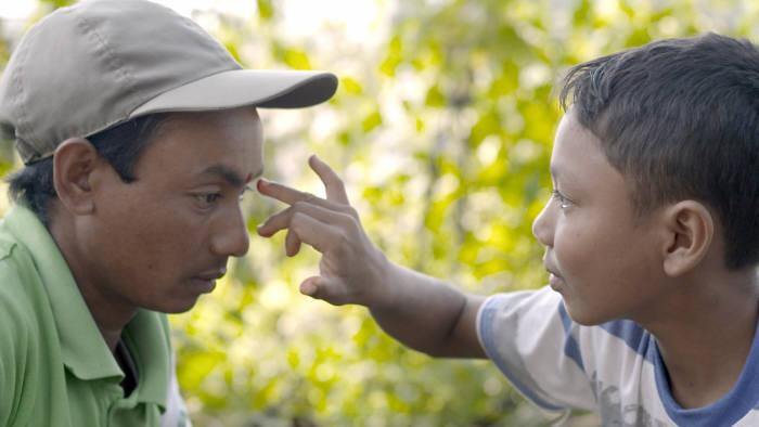네팔에 사는 열두 살 소년 크리스와 코끼리 조련사인 아빠가 겪는 갈등을 소년이 가장 좋아하는 동물인 코끼리를 매개로 그려낸 엘리펀트 보이