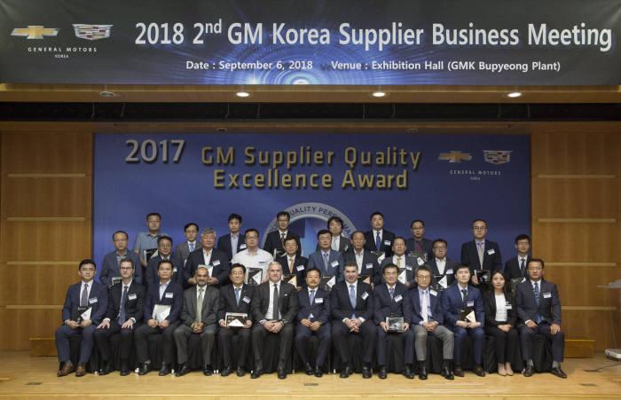 지난 6일 한국지엠 부평 본사에서 개최된 협력사 초청 경영현황 설명회에 참석한 GM 및 한국지엠 임원들이 우수 품질 협력사로 선정된 업체 대표들과 포즈를 취하고 있다. (제공=한국지엠)