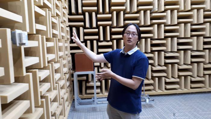 조완호 물리표준본부 박사가 무향실의 구조와 원리를 설명하는 모습