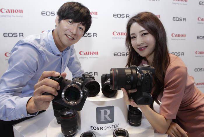 캐논이 첫 풀프레임 미러리스 카메라 EOS-R을 국내 공개했다. 국내 출시일은 내달 16일로 본체 가격은 259만9000원으로 책정했다.
