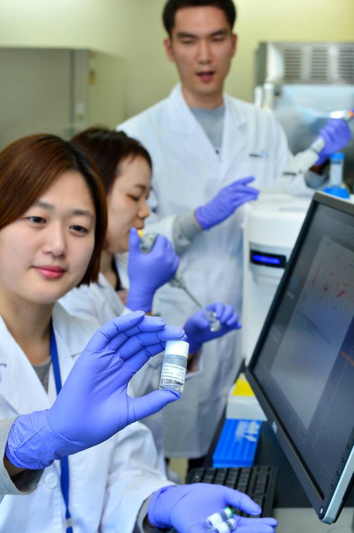 한올바이오파마 경기도바이오센터 연구원이 신약 후모물질 실험을 하고 있다.(자료: 전자신문DB)