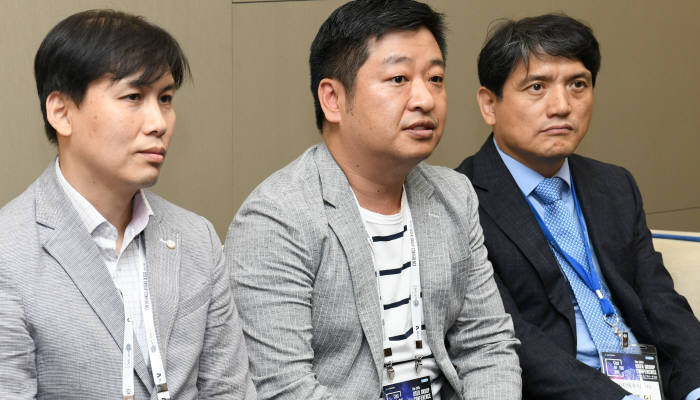 유저그룹콘퍼런스 참가자들이 참석소감을 밝히고 있다. (왼쪽부터)이종선 아카데미과학 부장, 박은현 동우씨앤티 대표, 임재영 씨지텍 대표