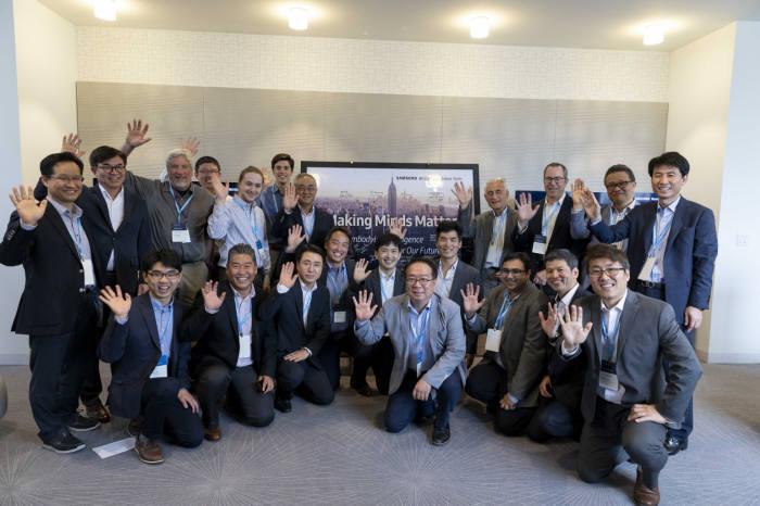 7일(현지시간) 미국 뉴욕에서 열린 삼성전자 뉴욕 AI 연구센터 개소식에서 참석자가 기념 촬영하고 있다.