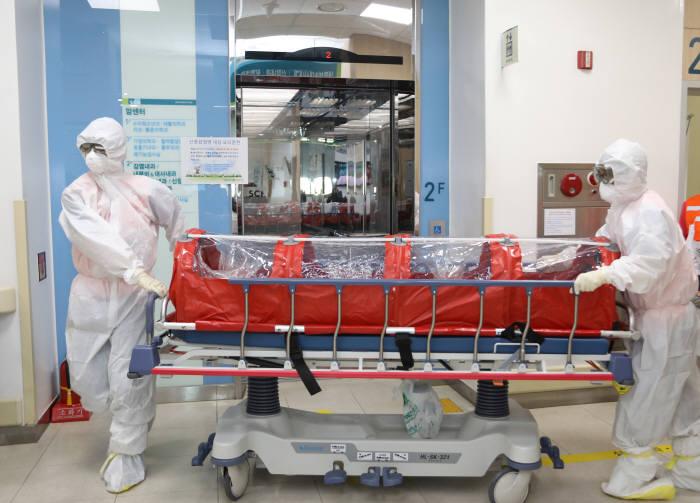신종 감염병 유입에 대비한 모의훈련에서 순천향대학교 천안병원 감염병대응팀이 메르스 의심환자를 음압격리실로 이송하고 있다.