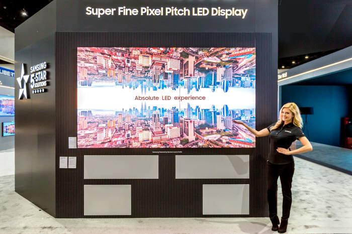 삼성전자가 CEDIA 2018에서 픽셀간 거리 1.2㎜ 수준의 미세 피치LED 기술을 적용한 IF P1.2 시리즈를 전시했다.