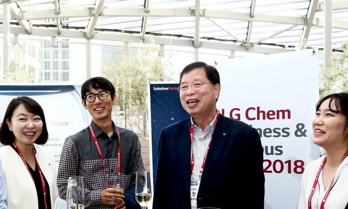 박진수 LG화학 CEO 부회장(오른쪽 두번째)이 미국 현지 인재채용 행사에 참석한 인재들과 환담을 나누고 있다. (사진=LG화학)