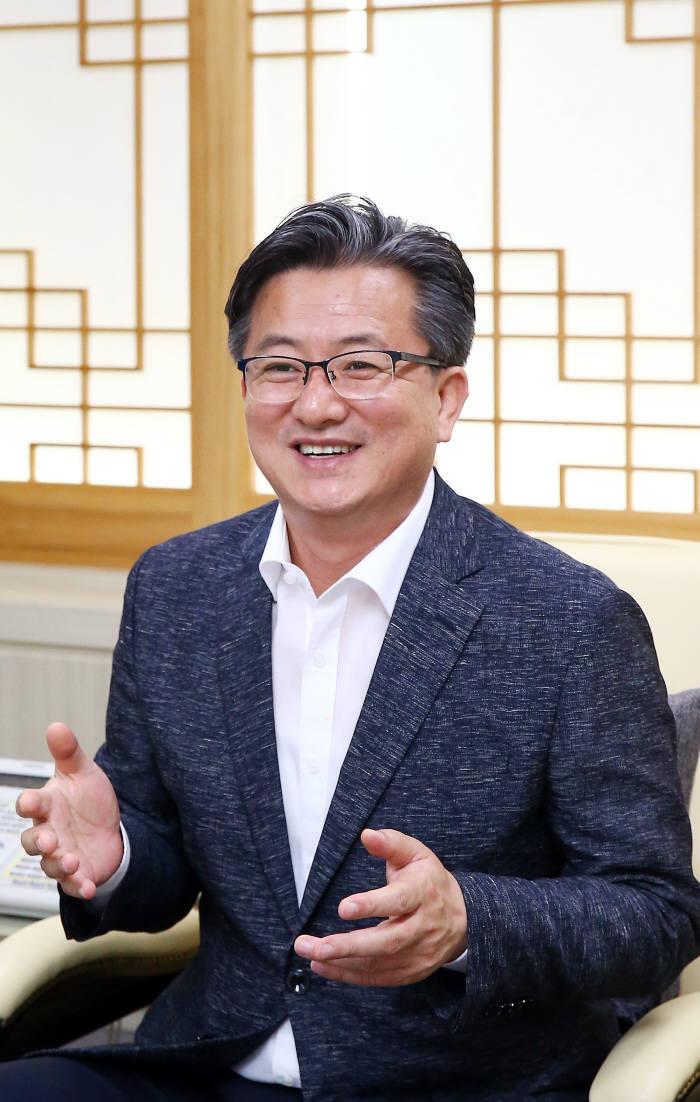 """[人사이트]정용래 대전 유성구청장 """"대덕특구 과학기술 활용도 강화"""""""