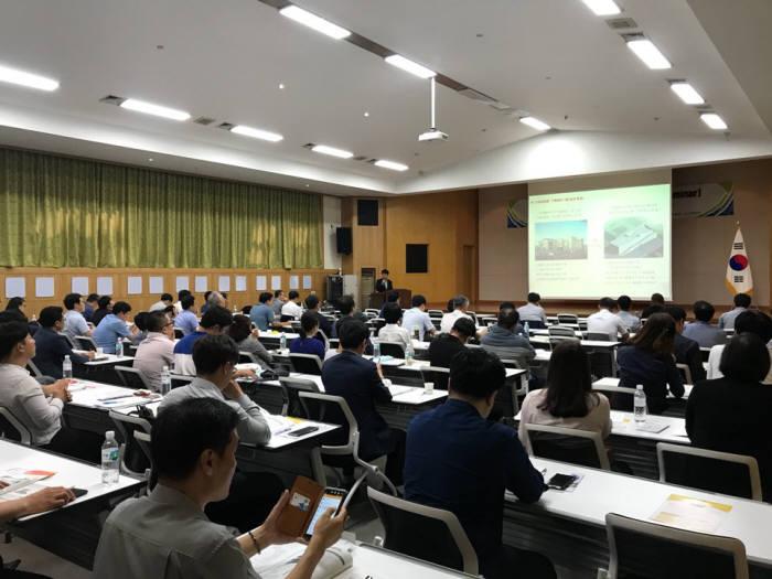 2018 스마트팩토리X로봇 세미나에서 참석자가 강연을 듣고 있다.<사진 한국로봇산업협회>