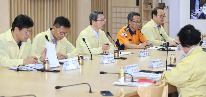 김희겸 경기도 행정1부지사(왼쪽 세 번째)가 메르스 관련 긴급 관계기관 대책회의를 하고 있다.