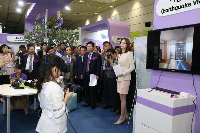 2018 이러닝 코리아가 13일 이러닝, 에듀테크로의 새로운 도약을 주제로 서울 코엑스에서 개막한다. 사진은 지난해 행사 모습.