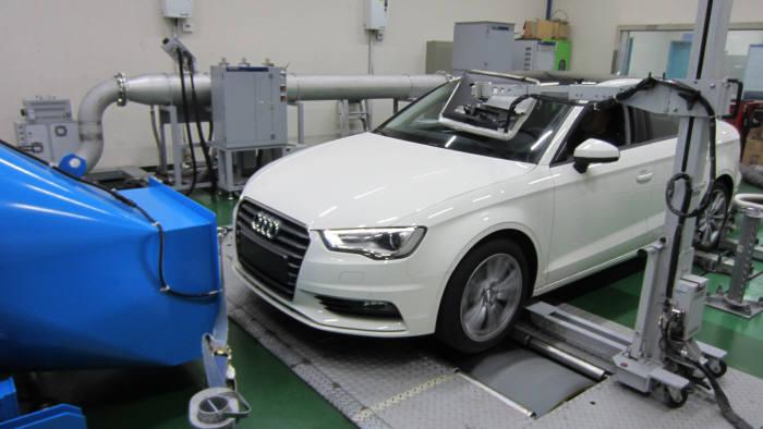 배출가스 시험 중인 차량.
