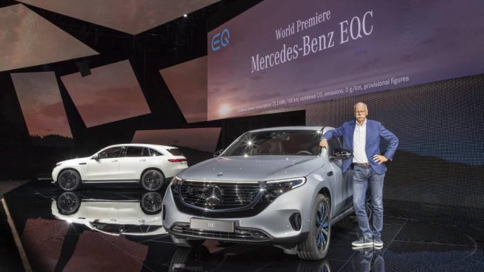 디터 제체 벤츠 승용부문 회장이 벤츠 EQ 브랜드 순수 전기차 EQC를 소개하고 있다.