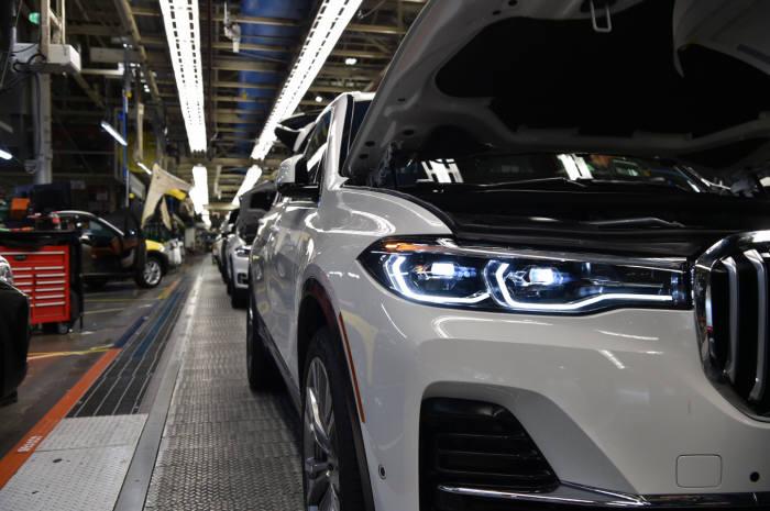 BMW 공장 생산라인 모습.