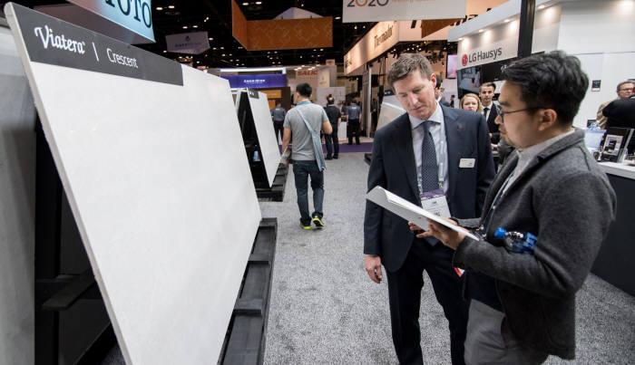 상반기 미국 올랜도에서 열린 주방욕실 전시회에서 LG하우시스 직원이 엔지니어드 스톤 제품을 설명하고 있는 모습(자료: LG하우시스).