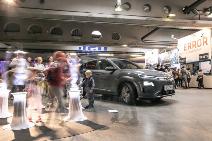 오스트리아 린츠에서 열린 미디어아트 축제 아르스 일렉트로니카 페스티벌(Ars Electronica Festival)에 공식 차량으로 제공된 현대차 코나 일렉트릭.