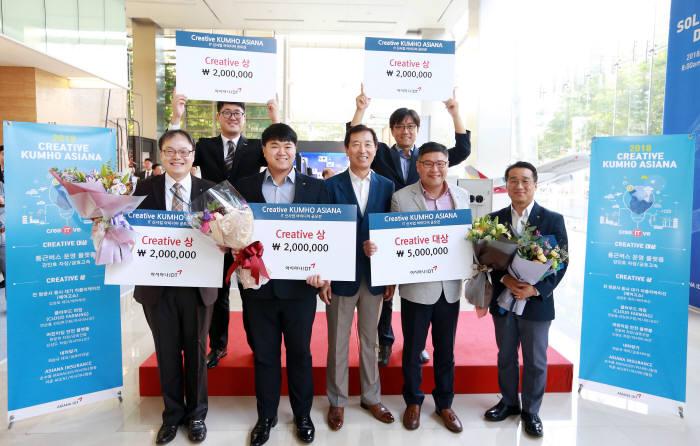 한창수 아시아나IDT 전 대표(앞줄 왼쪽 세 번째)와 2018년 크리에이티브 금호아시아나 IT 신사업 아이디어 공모전 수상자가 시상식을 마친 후 기념촬영했다. 아시아나IDT 제공