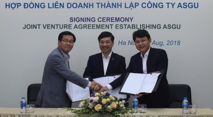 백준석 유엘피 대표, 두옹 덕 틴 ASG 대표, 팜 반 하 ALST 대표(왼쪽부터)가 합작법인 계약 체결후 악수하고 있다.