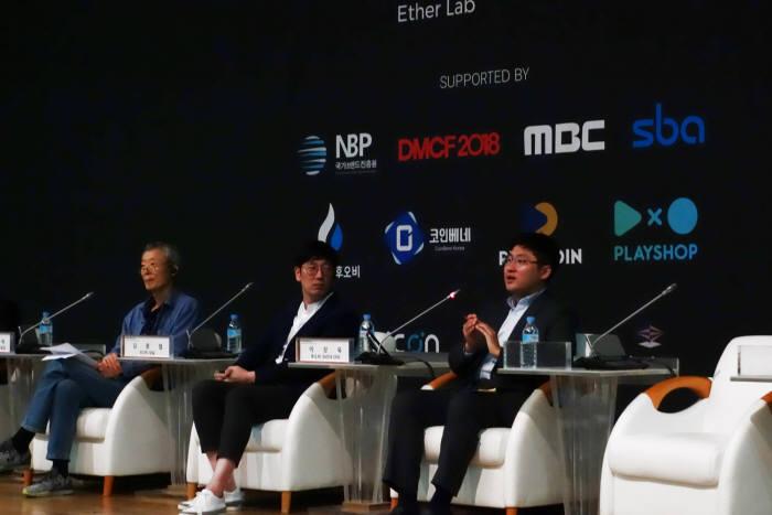 이상욱 후오비 코리아 CFO가 한국 블록체인산업의 인력 유출 현상에 대해 의견을 나누고 있다.