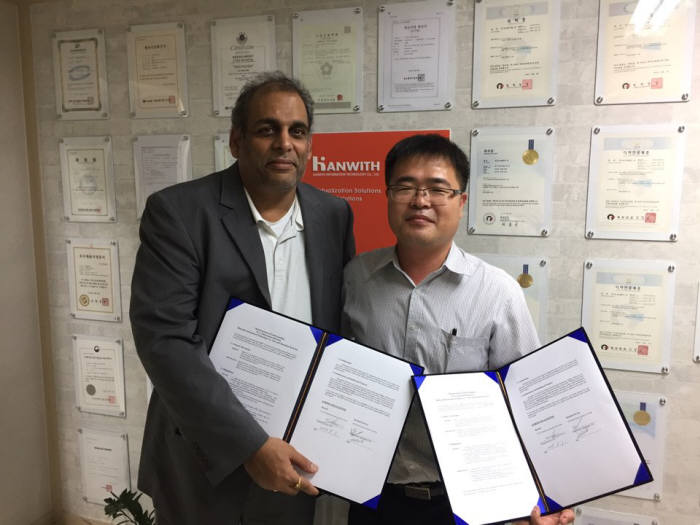 한위드정보기술은 한우이노텍과 소건강 모니터링 사업을 위한 MOU를 체결했다. 김창환 한위드정보기술 대표(오른쪽)와 산드라세카 부파라파티 대표가 기념 촬영했다.