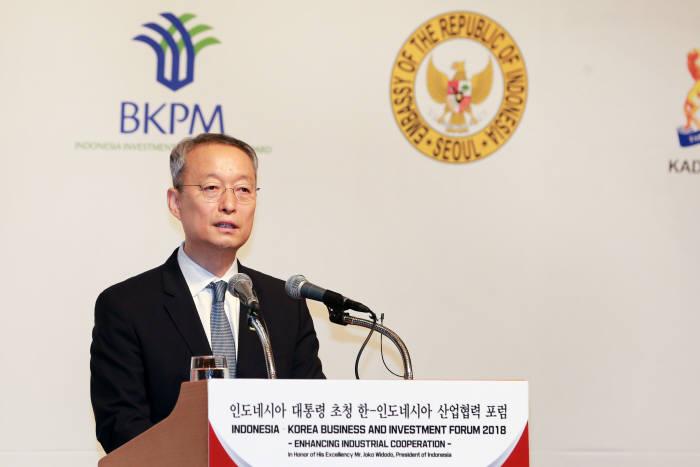 백운규 산업통상자원부 장관이 10일 서울 롯데호텔에서 열린 한-인도네시아 산업협력포럼에 참석해 환영사를 하고 있다.