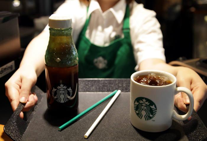스타벅스, 100개 매장서 종이 빨대 시범 운영 시작