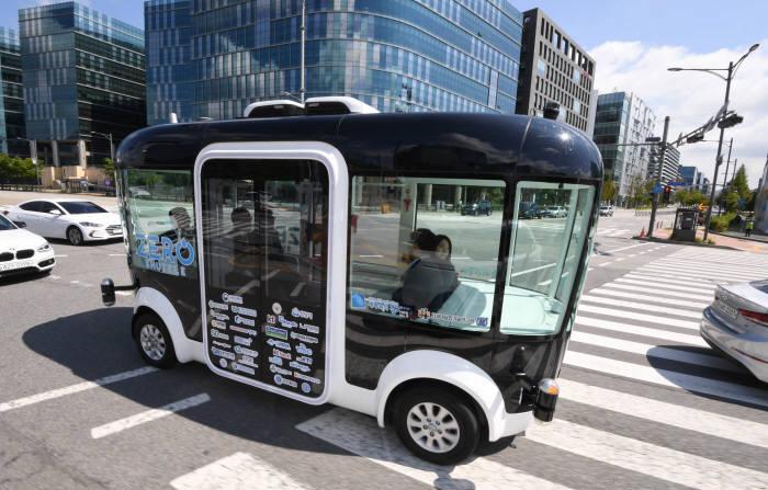 자율주행 버스 제로셔틀이 판교 시가지를 달리고 있다. 김동욱기자 gphoto@etnews.com