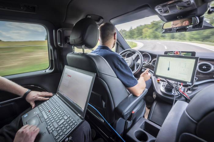 다임러그룹 연구원이 자율주행차를 시험하고 있다.