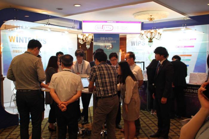 6일부터 이틀간 서울 강남구 임페리얼팰리스호텔에서 열린 국제특허정보박람회(PATINEX) 2018 윕스 부스를 찾은 참관객들이 새 특허검색 서비스를 관심깊게 살펴보고 있다. <윕스 제공>