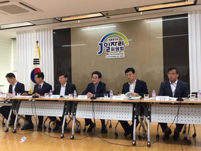 이목희 대통령 직속 일자리위원회 부위원장이 10일 오후 서울 광화문 일자리위원회에서 열린 제7차 일자리위원회 사전브리핑을 통해 일자리 창출 계획을 밝혔다.