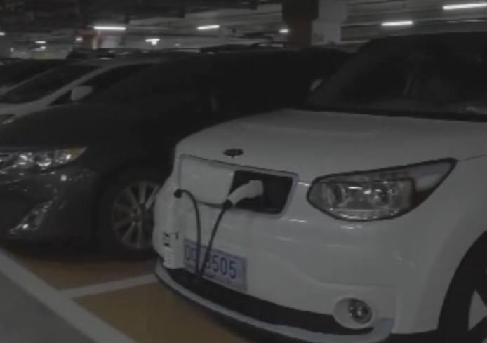 EVAR의 충전을 돕기 위해 차량 번호판에 전용 어댑터를 장착한 모습.