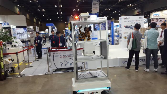 자율이송로봇(AGV)이 KOFAS 2018 전시장을 돌아다니고 있다.