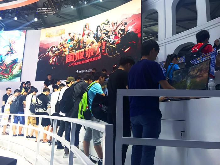 2017 차이나조이에서 펄어비스 온라인게임 검은사막을 체험하는 중국 관람객. 사진=펄어비스