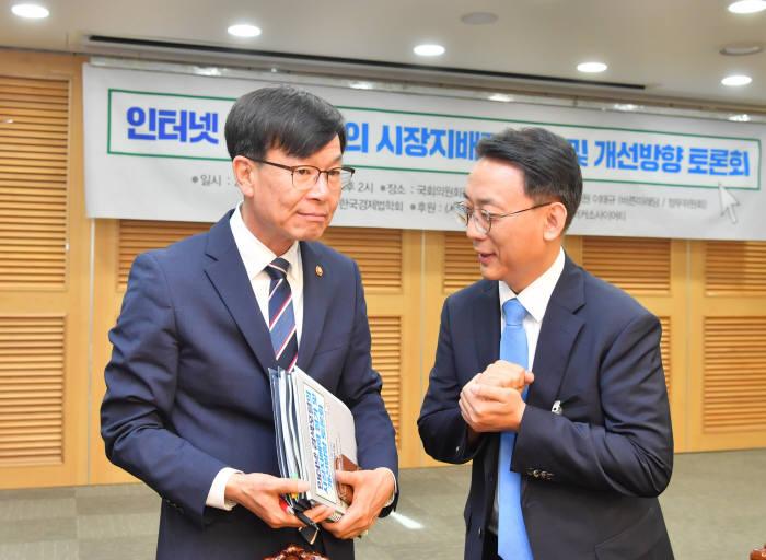 김상조 공정거래위원장과 이기종 한국경제법학회 회장이 이야기를 나누고 있다. 박지호기자 jihopress@etnews.com