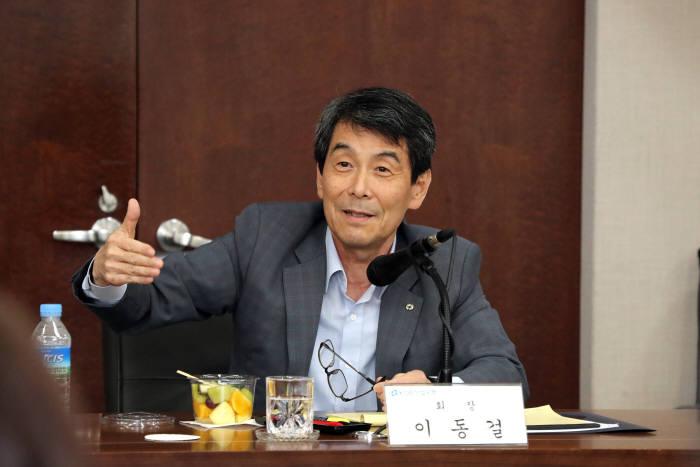 이동걸 산업은행 회장이 11일 서울 여의도 산업은행 본점에서 열린 1주년 기념 기자간담회에서 기자들의 질문에 답하고 있다.