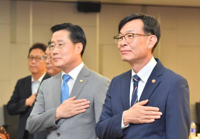 이태규 바른미래당 의원(좌), 김상조 공정거래위원장(우)이 토론회에 앞서 국민의례를 하고 있다. (사진= 박지호기자 jihopress@etnews.com
