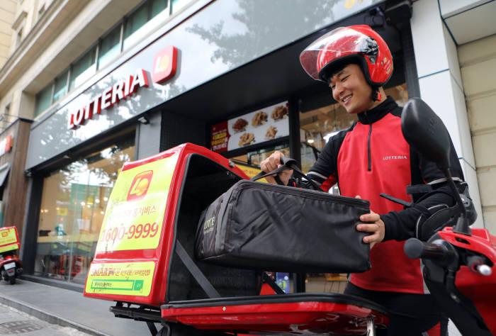 롯데百, 추석 선물세트 '오토바이'로 주문 1시간 내 배송