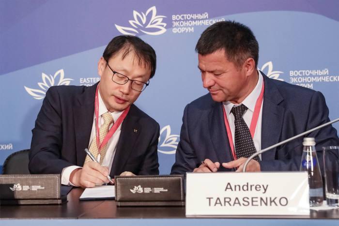 구현모 KT 사장(왼쪽)과 안드레이 타라센코 러시아 연해주 주지사가 스마트시티 구축 협약을 체결하고 있다.