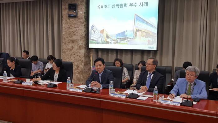 홍종학 중기부 장관(오른쪽 세 번째)이 12일 KAIST에서 열린 산학연 간담회에서 인사말을 하고 있다.