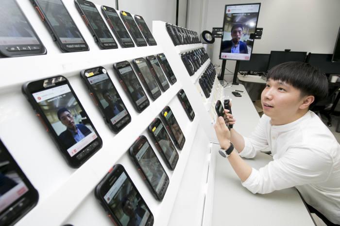 KT가 다른 제조사 기지국 장비에서도 대규모 사용자의 그룹통신이 가능한 기술 개발 및 시연에 성공했다. 해당 기술을 활용한 대규모 그룹통화 시연 모습.