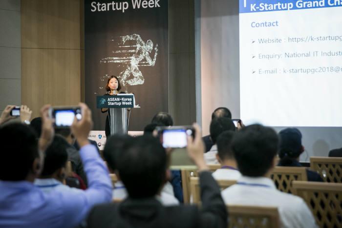 아세안-한국 스타트업 위크에서 이옥형 중소벤처기업부 과장이 우리나라의 스타트업 지원정책을 설명하고 있다.