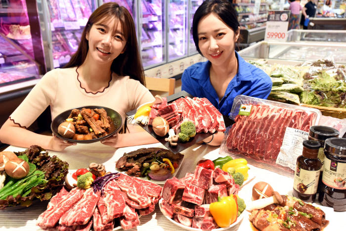 모델들이 12일 서울 문래동 홈플러스 영등포점에서 각종 갈비류를 선보이고 있다.