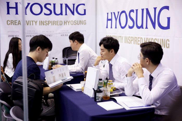 효성 직원이 이달 5일 서강대에서 개최한 채용박람회에서 학생에게 채용 전형을 설명하고 있다.
