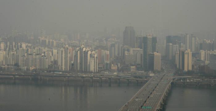 미세먼지로 뒤덮힌 서울 시내.