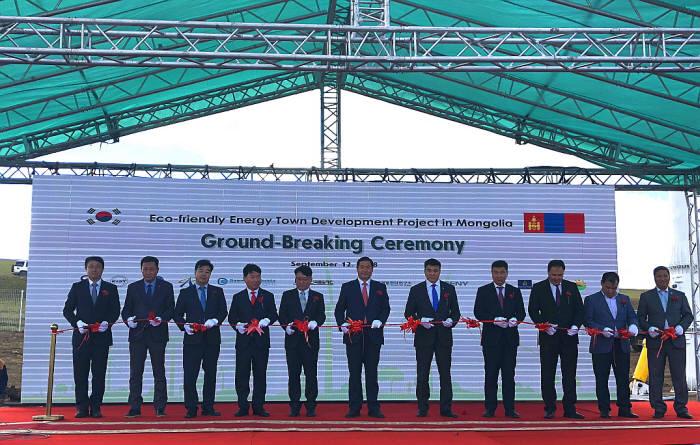 한국산업기술진흥원(KIAT)은 12일(현지시간) 몽골 울란바타르시 날라흐구에서 산업통상자원부 공적개발원조(ODA)사업 일환으로 추진 중인 몽골 친환경에너지타운 조성 지원 사업 착공식을 개최했다. 정재학 KIAT 국제협력단장(왼쪽 다섯 번째), 정재남 주몽골 한국대사(여섯번째), 아마르사이칸 울란바타르 시의회장(일곱번