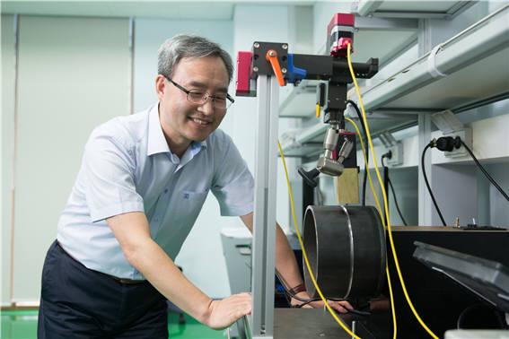 문형순 한국생산기술연구원 정밀가공제어그룹장이 개발한 레이저 비전센서 가동을 준비하고 있다. 사진출처=한국생산기술연구원